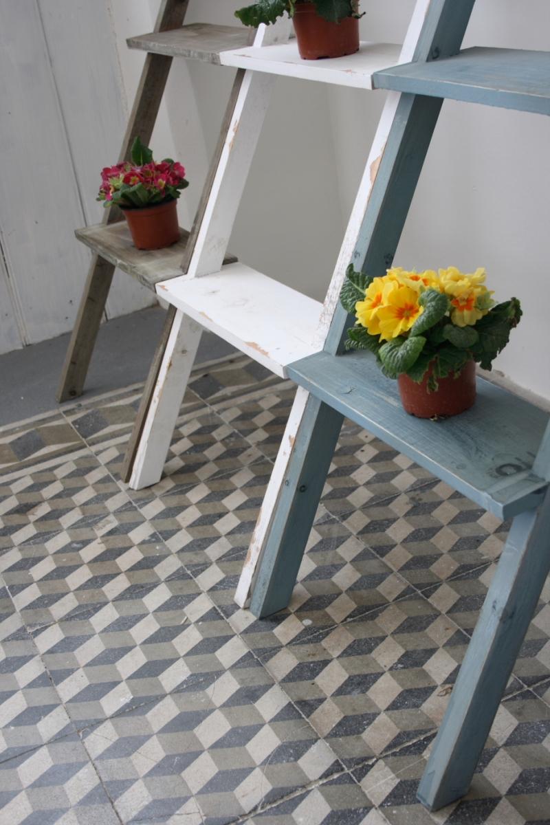 dekorativni-zebrik-stojan-na-kvetiny-bily-120cm-one