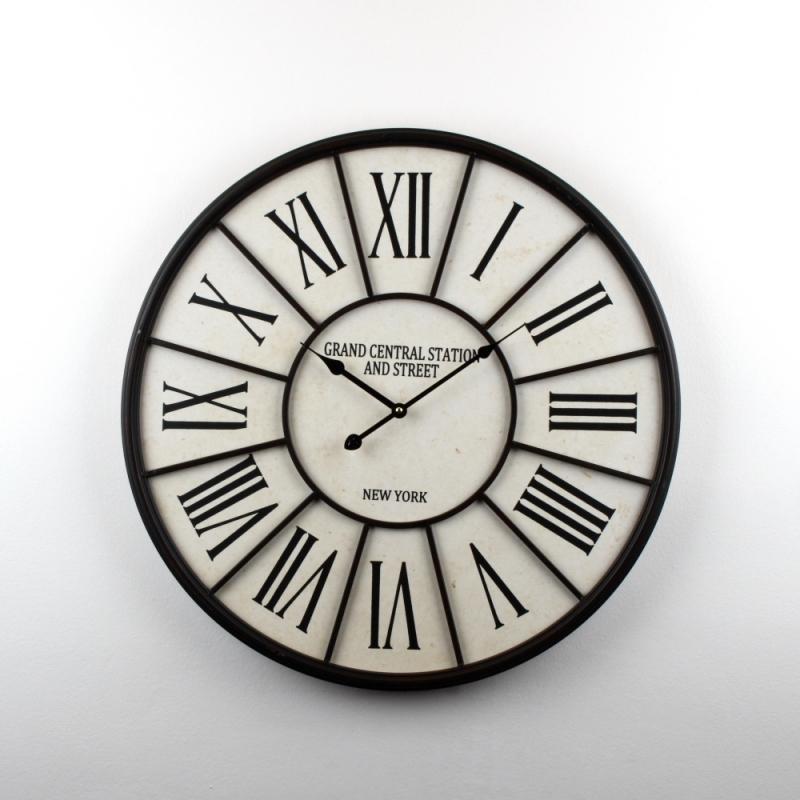 nástěnné hodiny pod pergolu