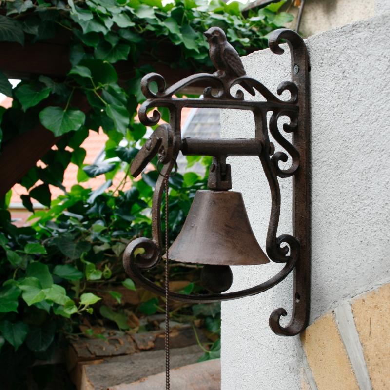 litinovy-zvonek-zdobeny-s-ptackem
