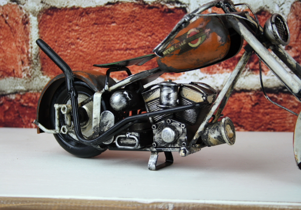 kovový model