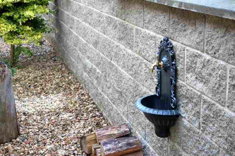 zahradní umyvadlo na zeď