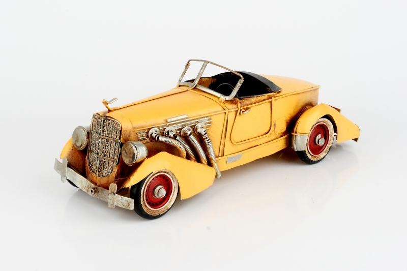 Sběratelský model žlutého auta
