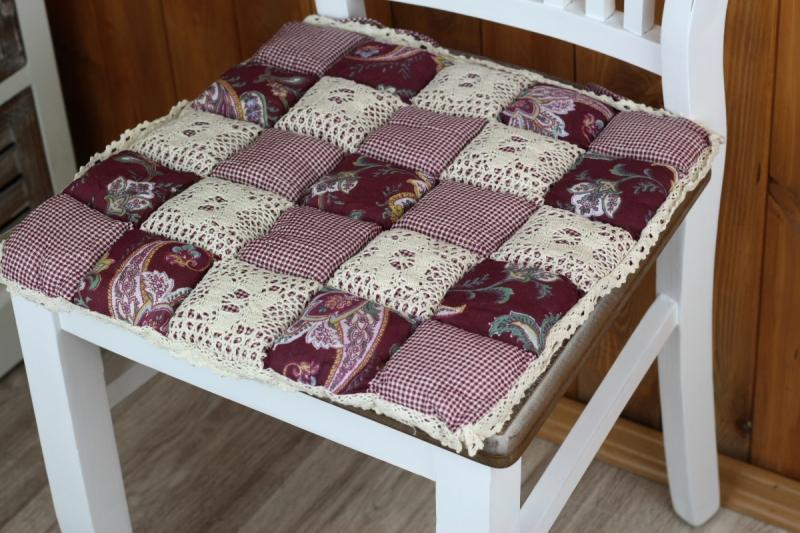 sedak-na-zidli-patchwork-vinovy-40x40cm