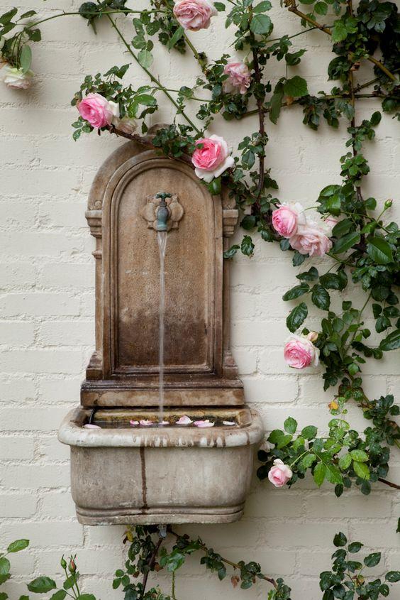 zahradní umyvadlo s tekoucí vodou