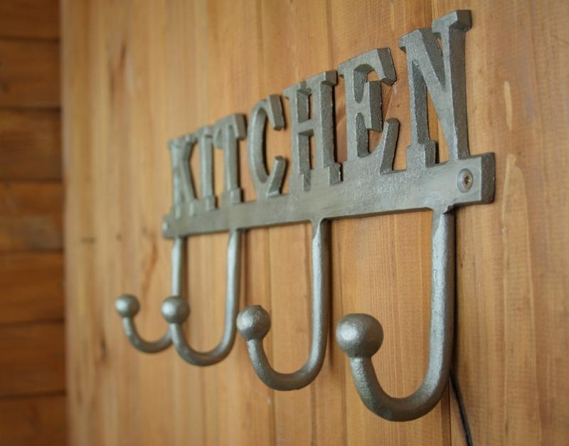 vesak-s-kovovymi-hacky-do-kuchyne-kitchen-39x6x17cm-one