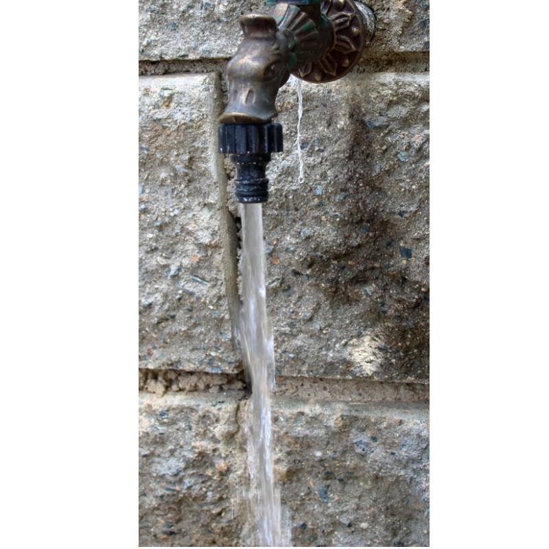 zahradní ventil s tekoucí vodou